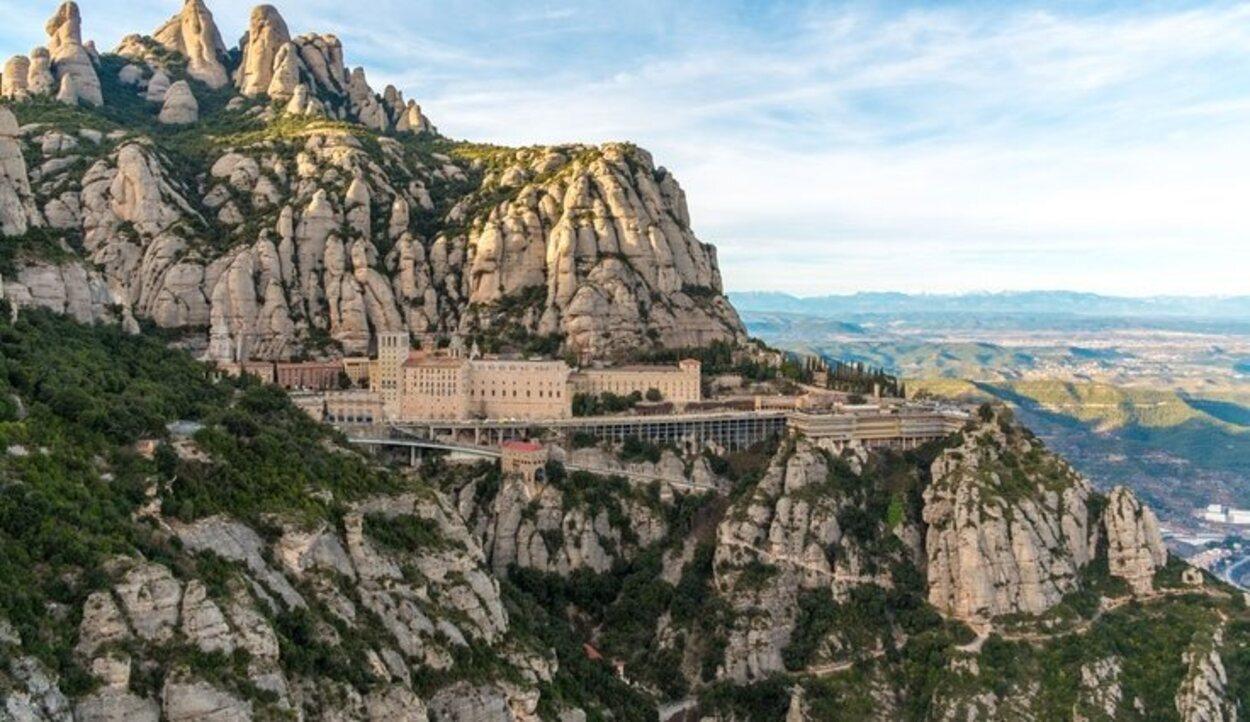 Está en la montaña homónima, en forma de sierra, por eso la traducción es 'monte serrado'