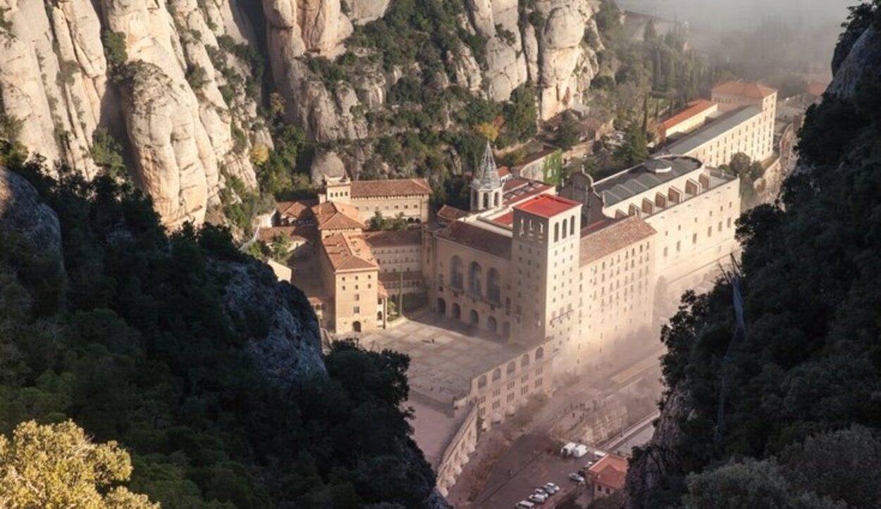 Esta abadía se construyó en lo alto de la montaña que da nombre a este pueblo