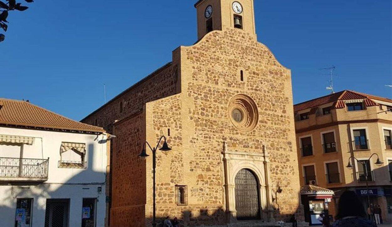 Iglesia de San Felipe y Santiago, situada justo en la Plaza de España del pueblo