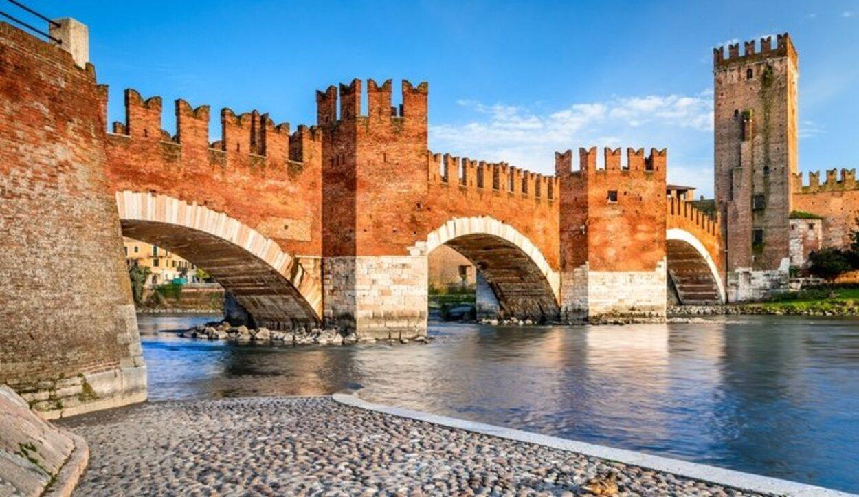El Puente Castelvecchio es medieval del siglo XIV y cuenta con un museo