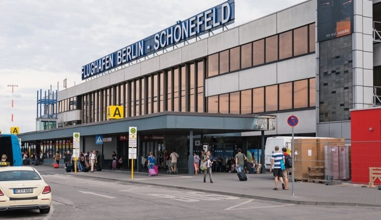 Se localiza a unos 18 kilómetros al sureste del centro de la ciudad de Berlín