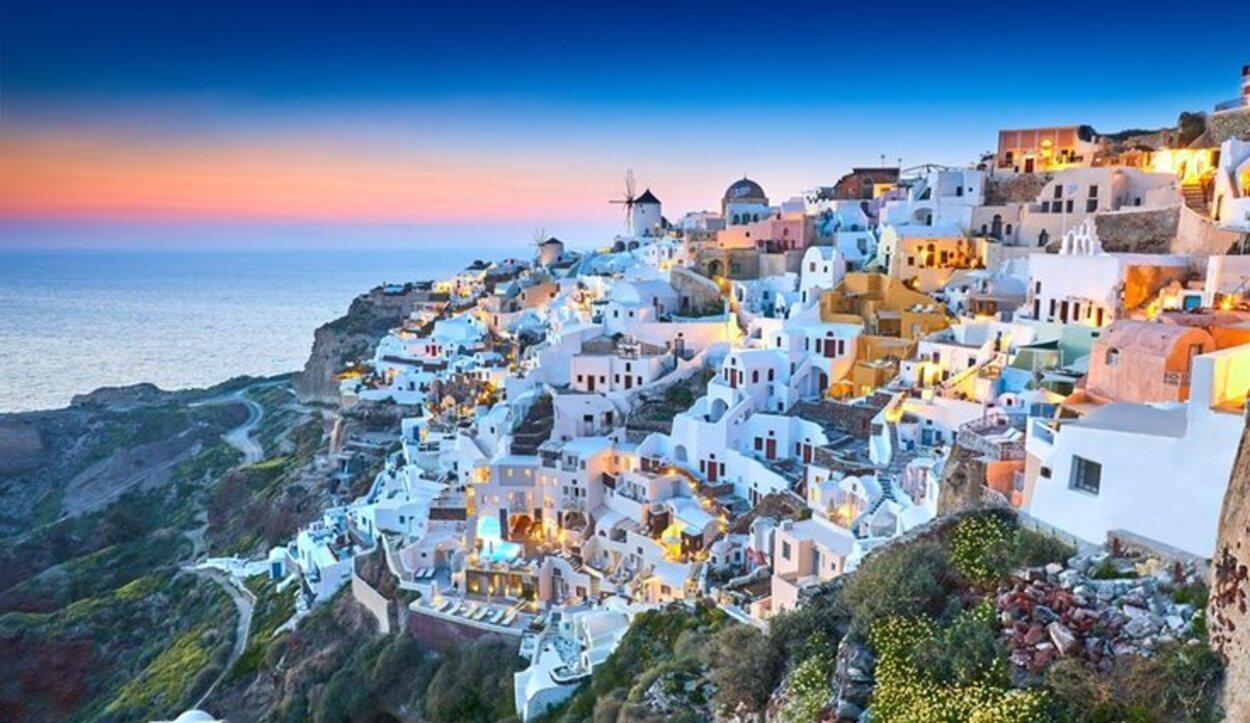 Las playas de Santorini son de origen volcánico, pero sus casas son totalmente blancas