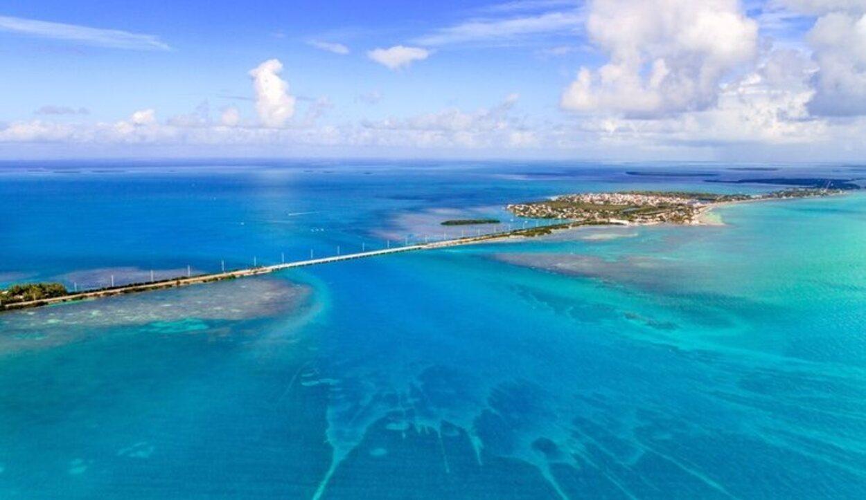 Las islas se encuentran a lo largo del estrecho de la Florida, y forman una especie de barrera que divide el océano Atlántico.