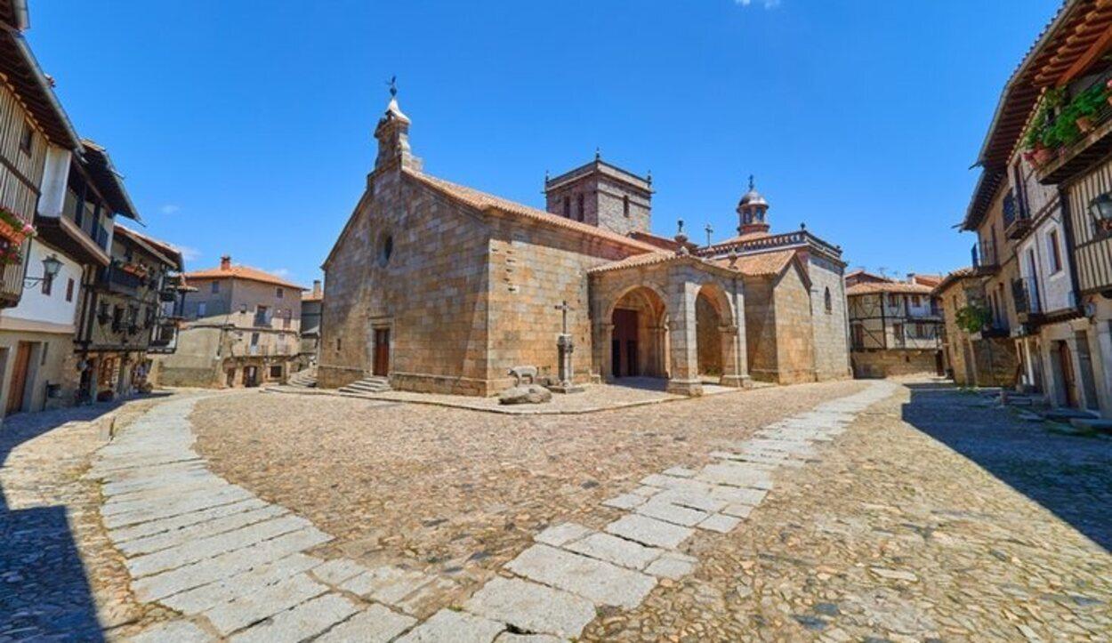 Está en Salamanca y sus casas son de fachada blanca y entramado de madera