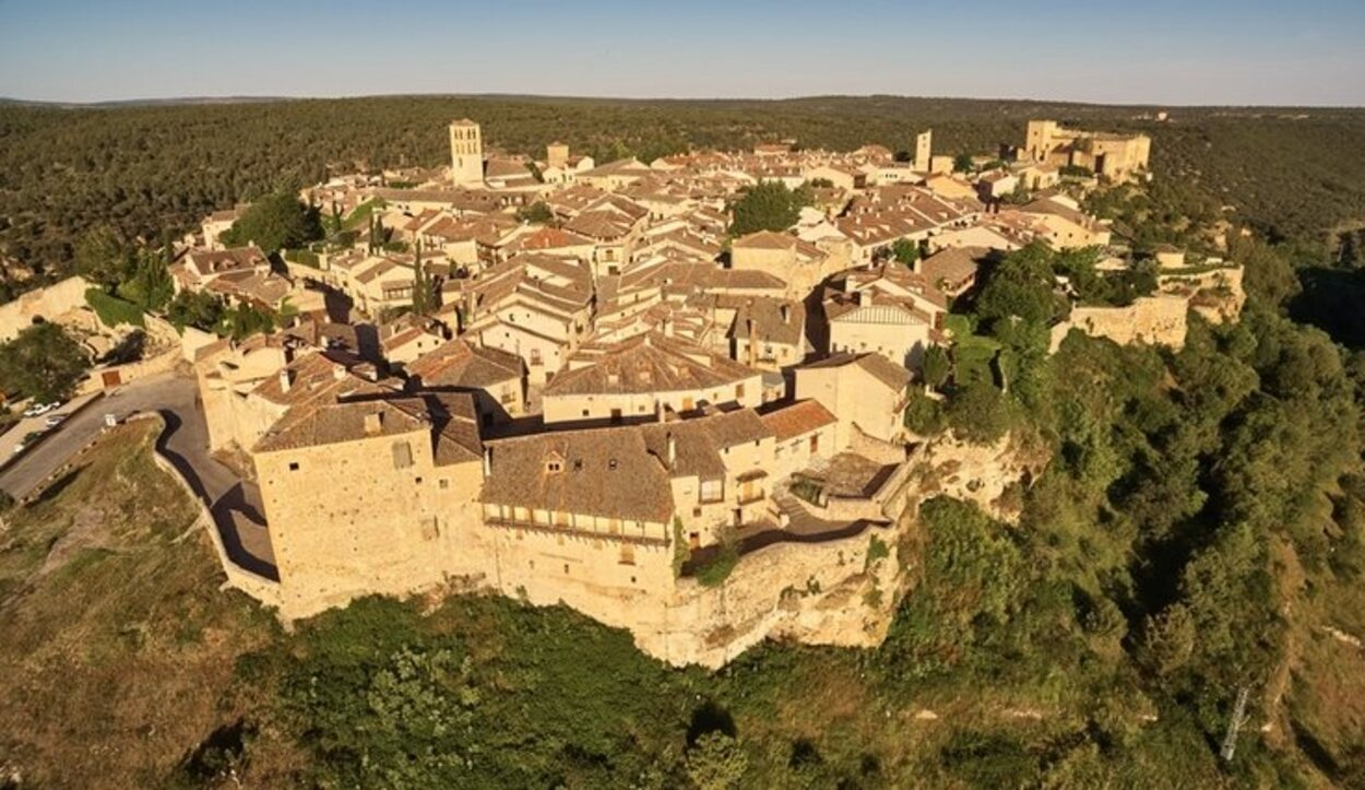 Se encuentra en Segovia y solo se puede acceder a él por una puerta