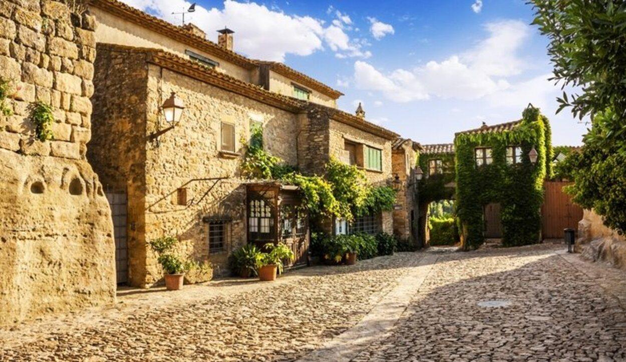Está en Girona y es una localidad totalmente empedrada