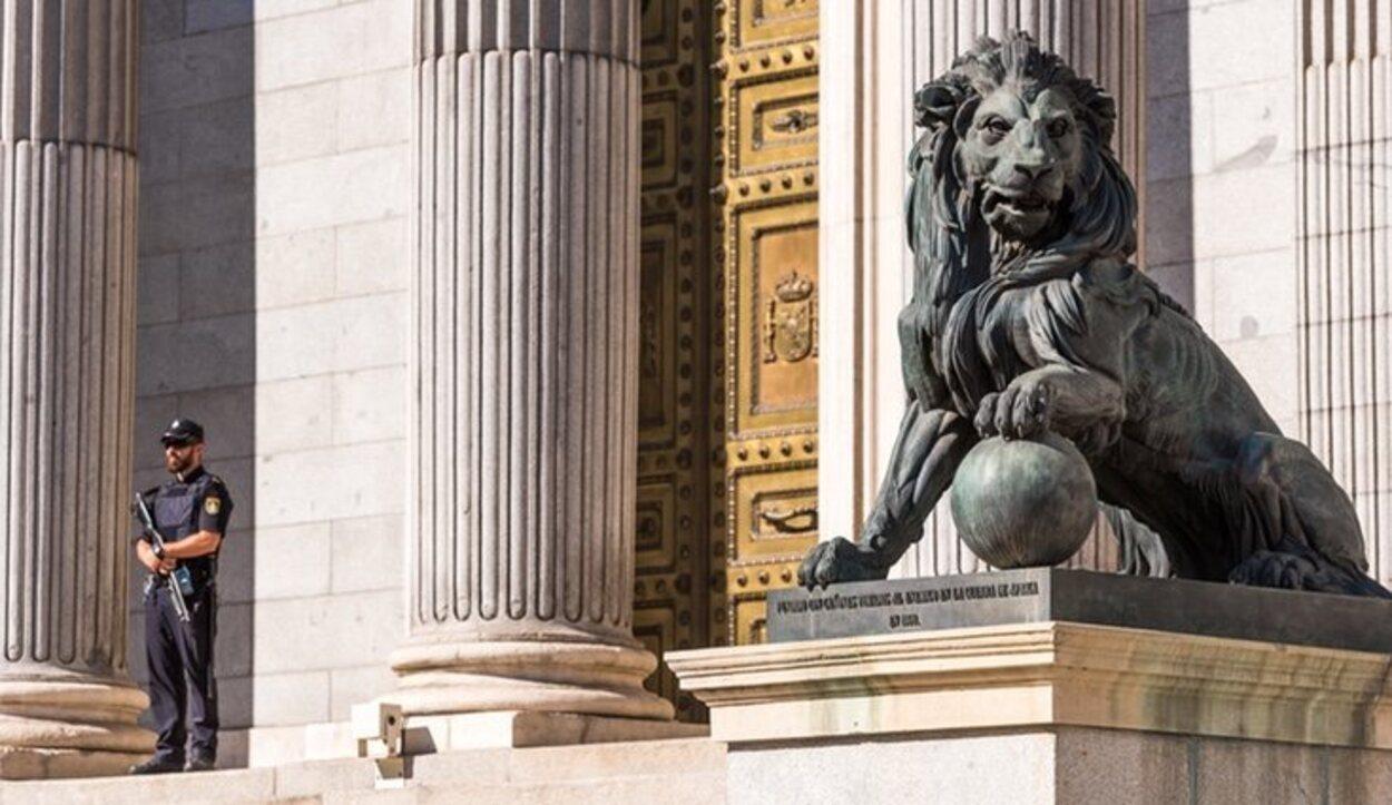 Los leones de la escalinata se han convertido en el símbolo del Congreso de los Diputados