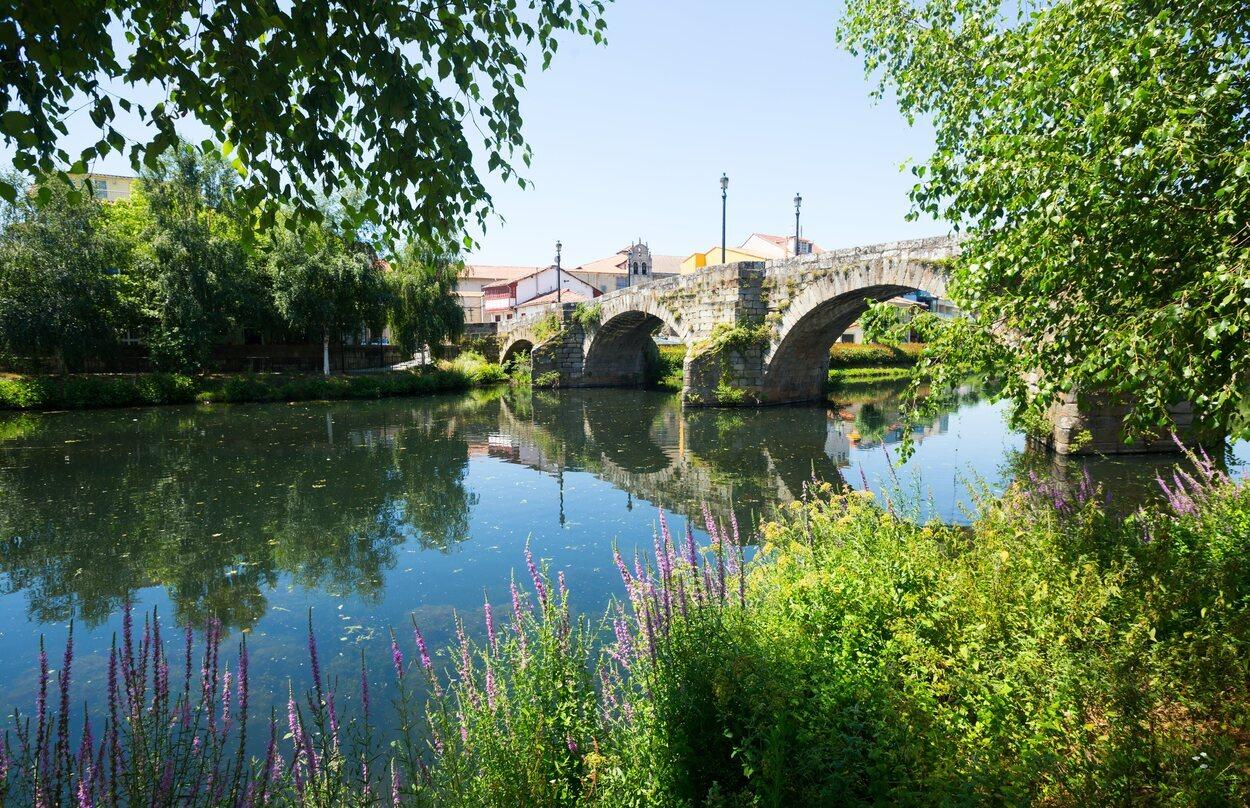 En Monforte de Lemos destacan los paisajes naturales como el del puente romano