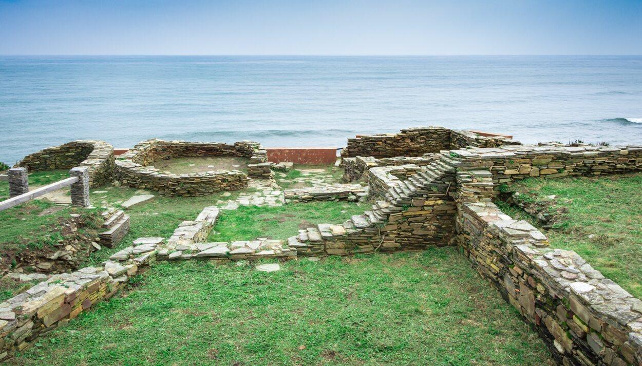 En Castro Rei aún quedan resquejos de castillo y la muralla de hace 5 mil años