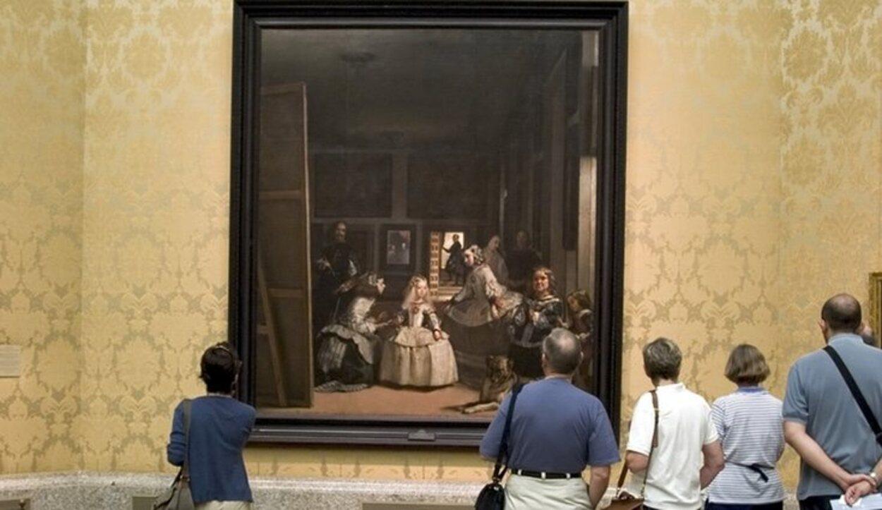 Visitantes del Museo del Prado contemplando el cuadro de Las Meninas de Velázquez