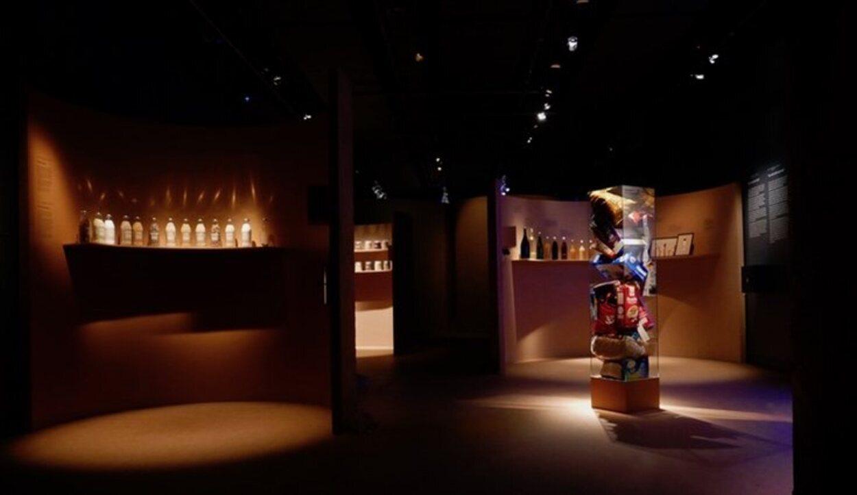 Tiene salas de exposiciones, un bar/restaurante, una tienda, salas de degustación y de reuniones