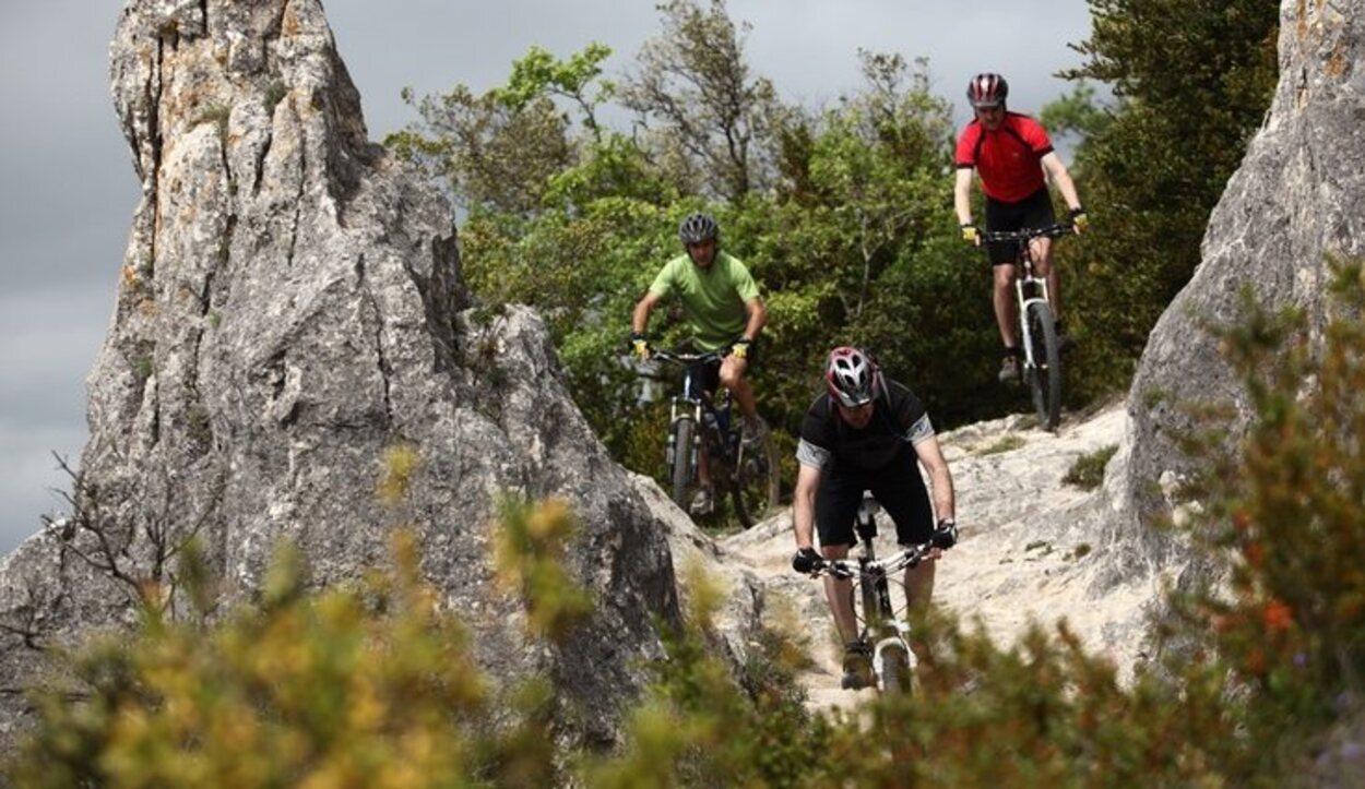 Hay rutas ciclistas por la montaña para los que quieran disfrutar de la naturaleza y sean atrevidos
