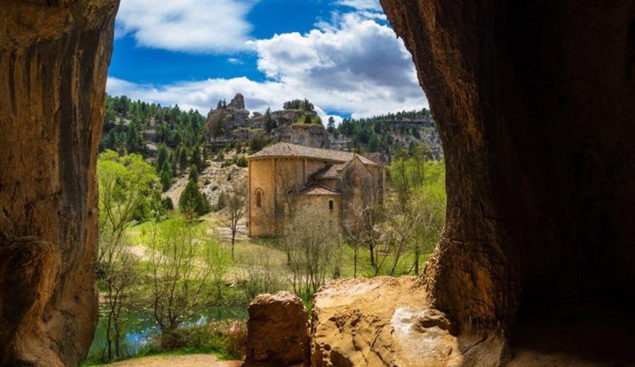 La ruta a pie más sencilla y famosa es la que llega hasta la Ermita de San Bartolomé