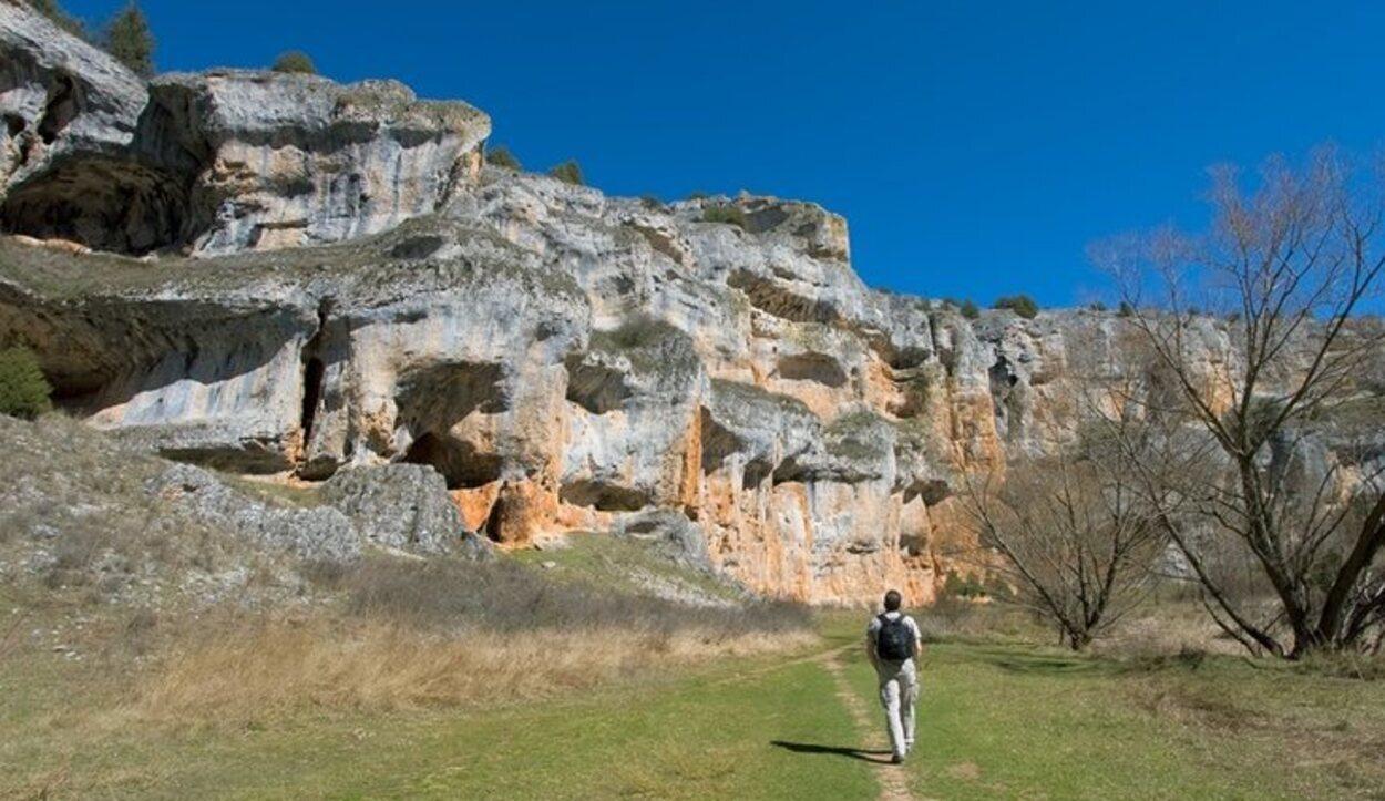 Se pueden observar columnas rocosas, estalactitas y estalagmitas
