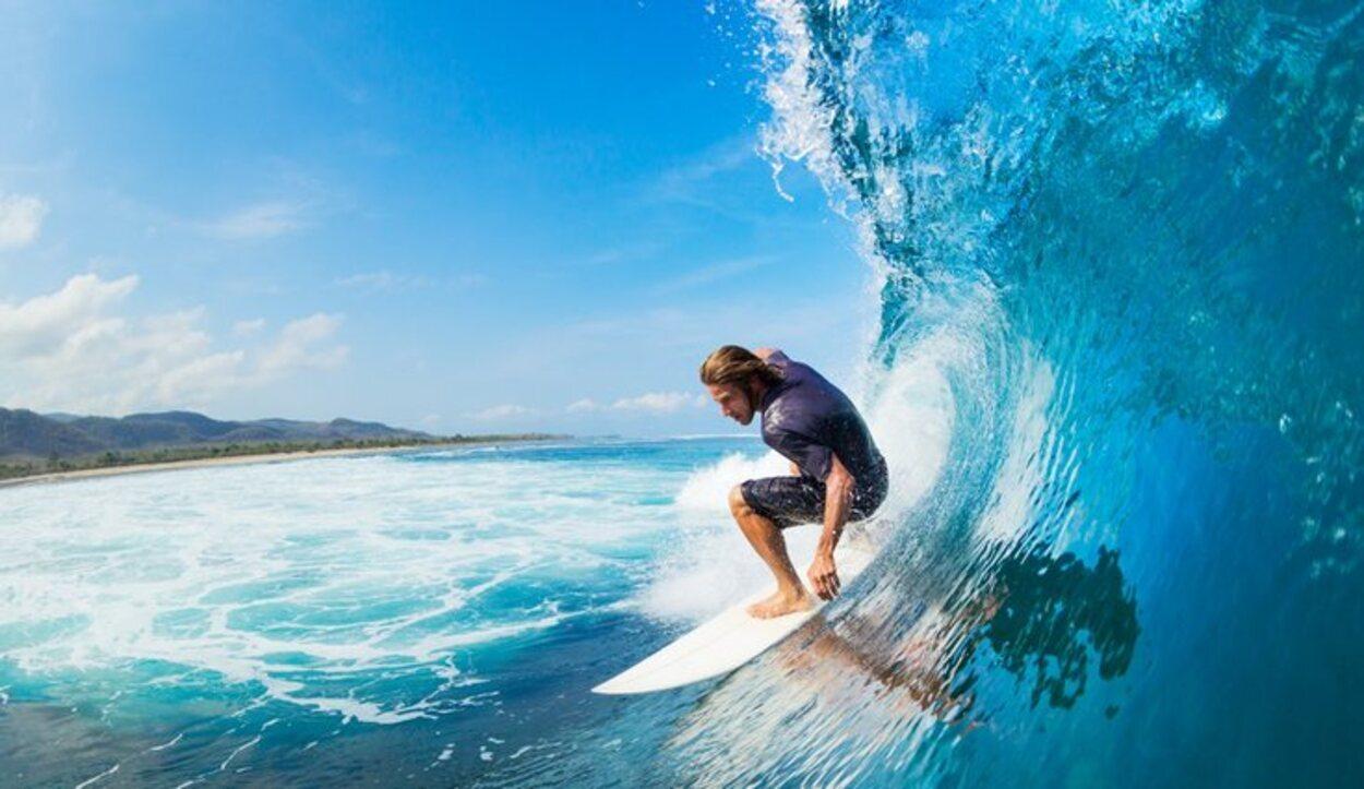 El surf es otra de las actividades deportivas que se pueden practicar en esta zona