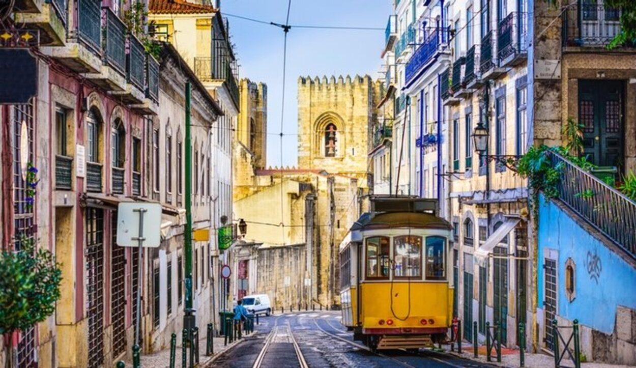 El maravilloso clima de Lisboa, el ambiente de sus calles, sus edificios decorados con su famoso azulejo son un foco de atracción de turistas