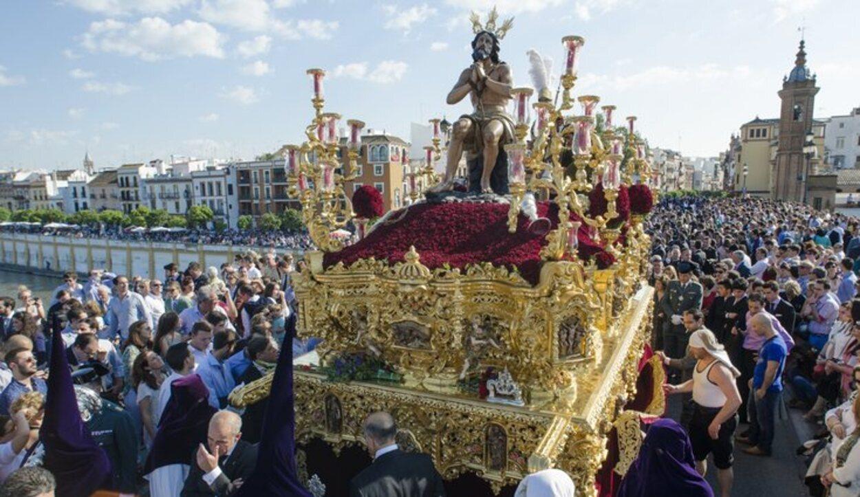 En La Madrugá, las cofradías procesionan desde la madrugada del Jueves Santo hasta el mismo Viernes Santo por la mañana