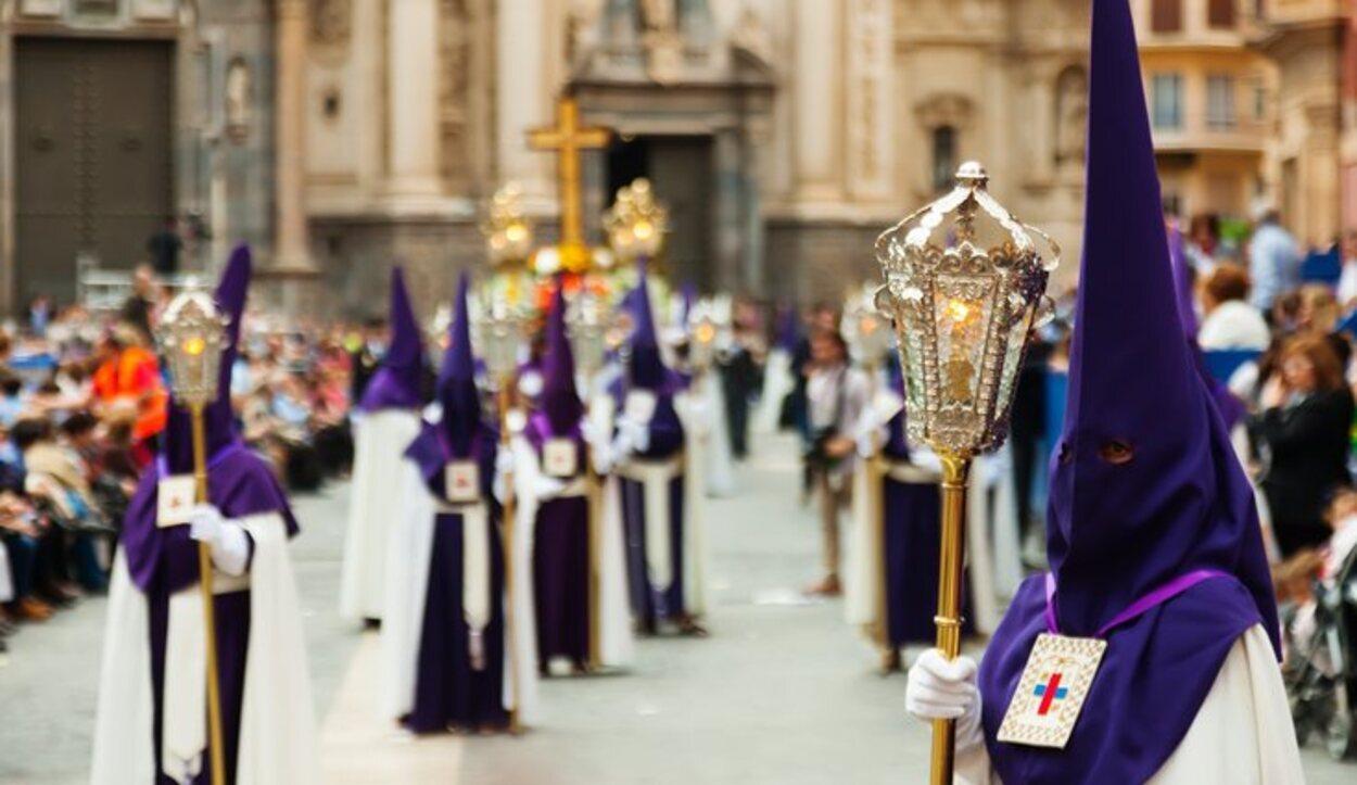 En Murcia, es habitual que los nazarenos repartan caramelos, monas y regalos