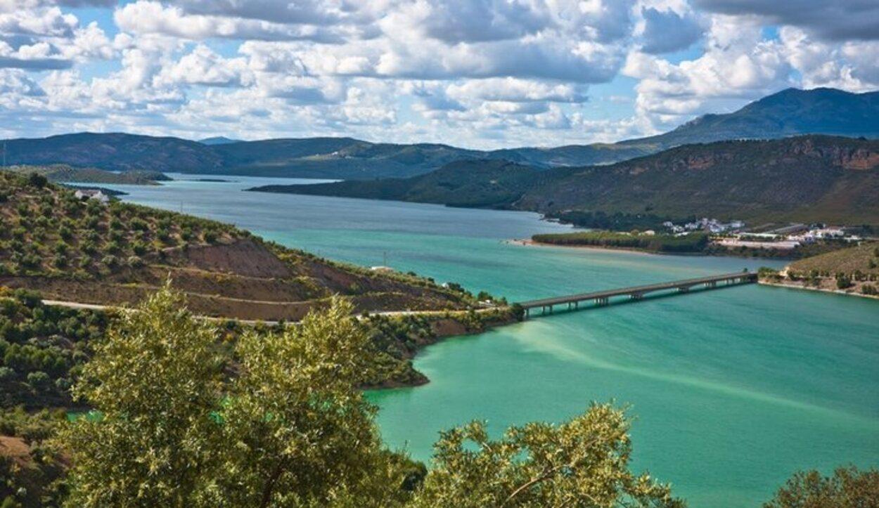 Puente sobre el lago de Iznájar