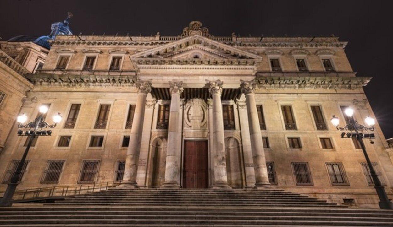La fachada principal puede recordar al Congreso de los Diputados