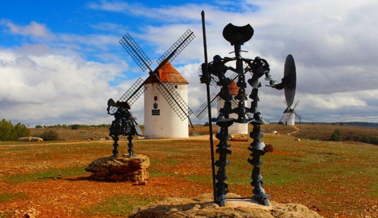 Estatuas del Quijote y Sancho Panza entre los molinos de Mota del Cuervo