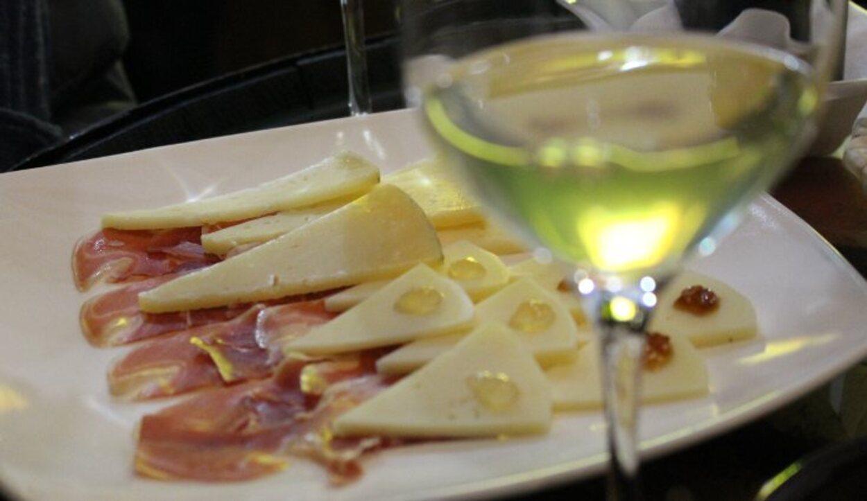 Un vino maridado con queso manchego en una bodega local de la Ruta del Quijote