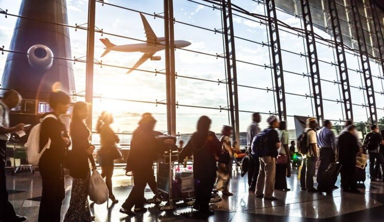 Muchos turistas deciden embarcarse en un avión para tratar de desconectar de la rutina