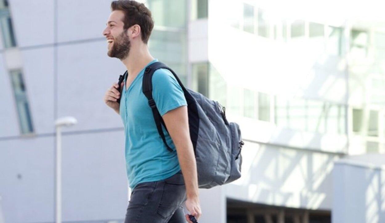 Aunque la normativa dice que solo se puede subir con un bulto, Alitalia también deja a sus pasajeros un segundo objeto
