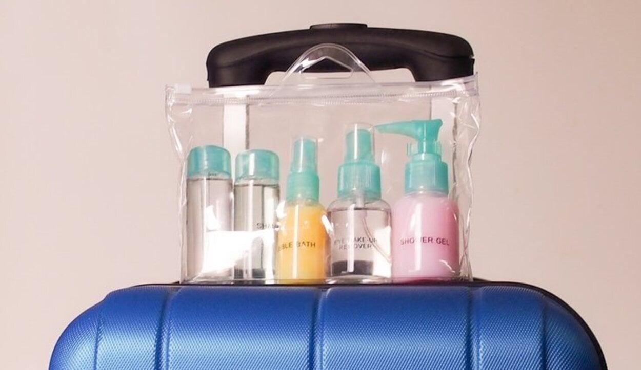 Los líquidos deben ir en recipientes transparentes de 100 ml cada uno y metidos en bolsas de plástico