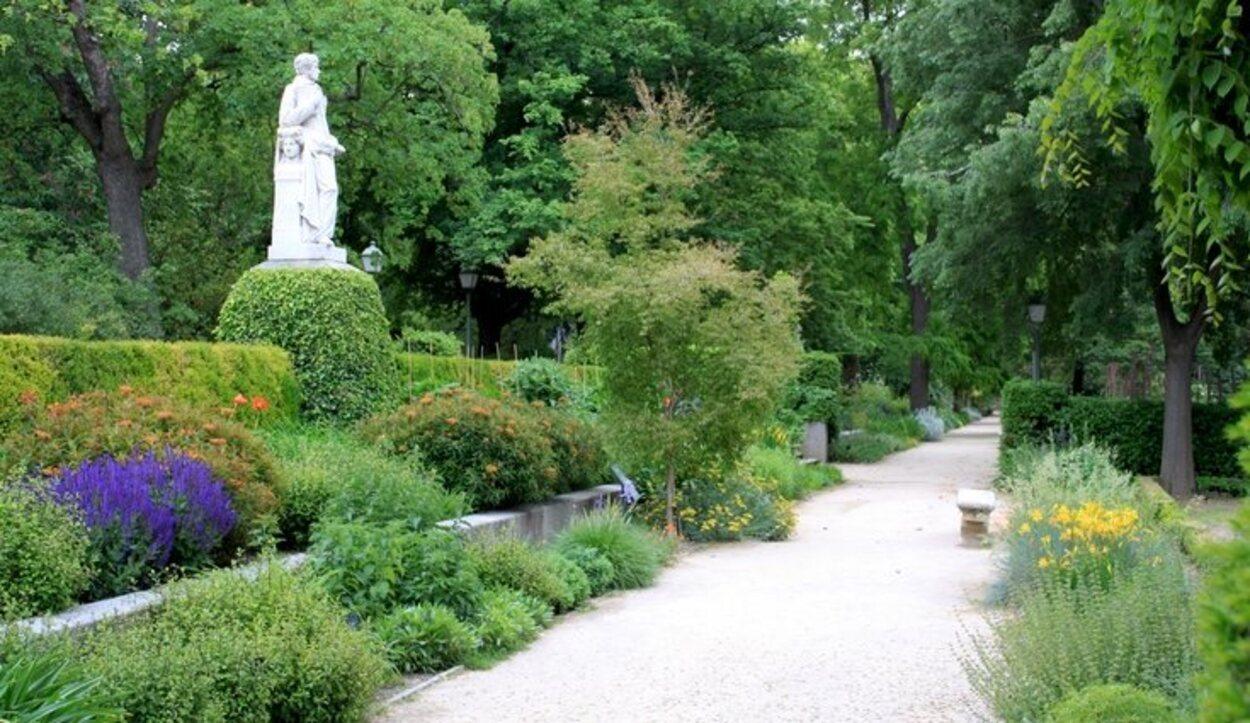 Los amplios paseos por los jardines lo hacen un lugar con encanto