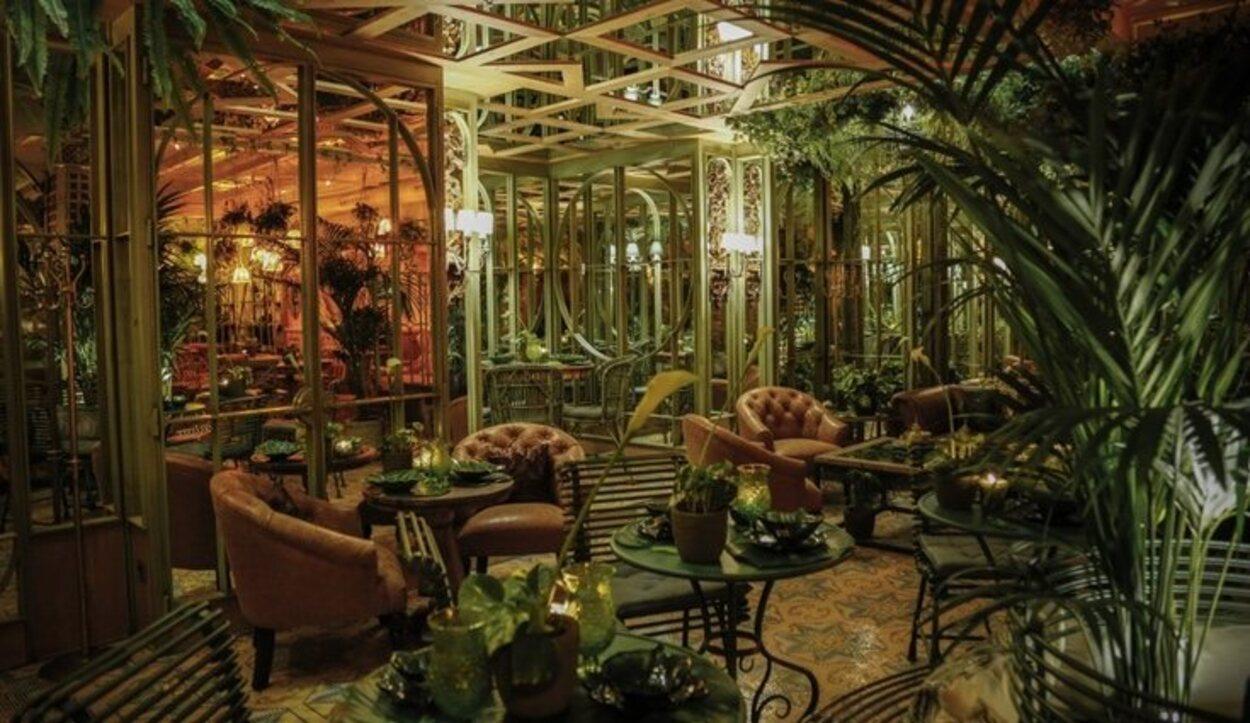 En la terraza secreta de Salvador Bachiller se ve una espectacular terraza como si fuera un jardín | Foto: gastrobaressb.com
