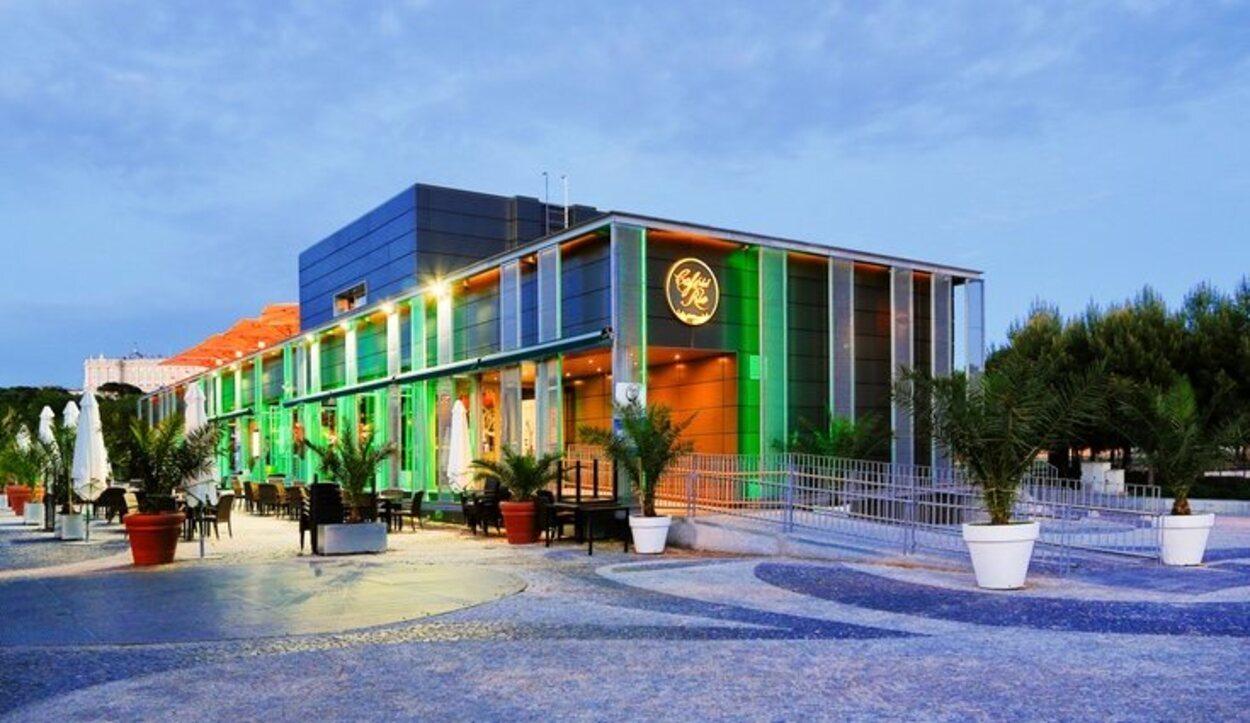 El Café del Río se encuentra exactamente justo en frente del Palacio Real | Foto: cafedelriomadrid.com