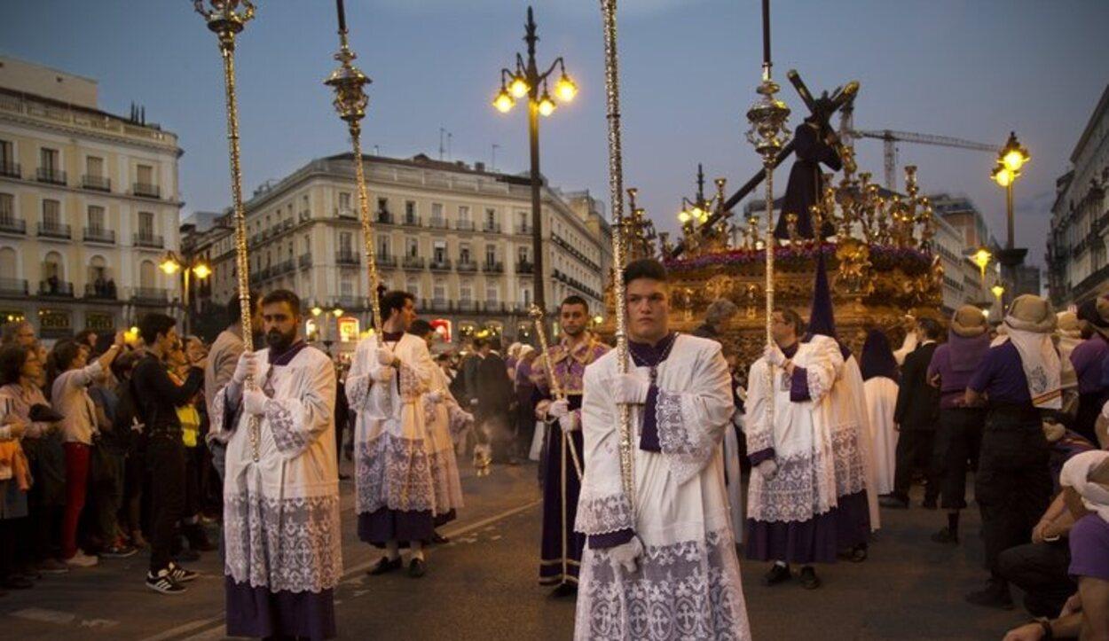 Muchas de las procesiones pasan por la Puerta del Sol