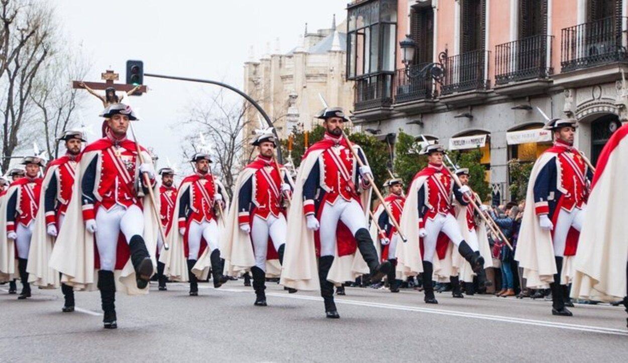 Los alabarderos durante la procesión por Madrid