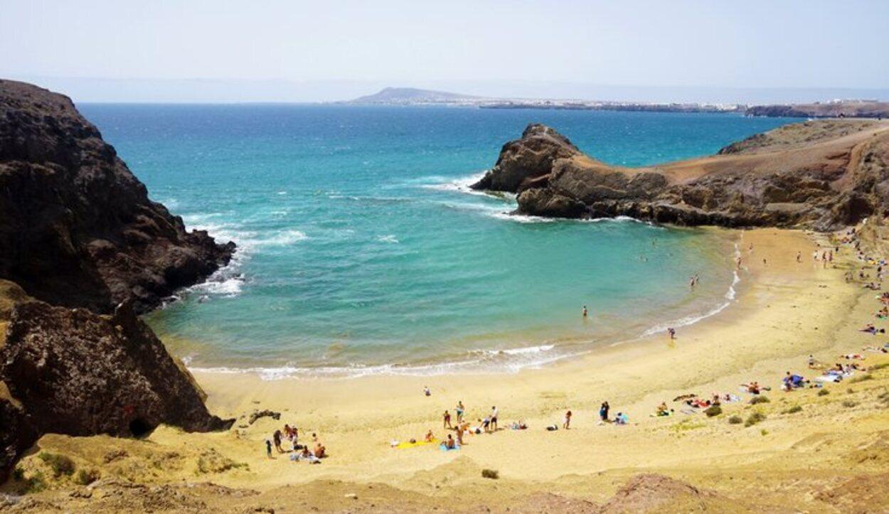 En forma de bahía, la Playa Papagayo es ideal para bucear y adentrarse en los fondos marinos