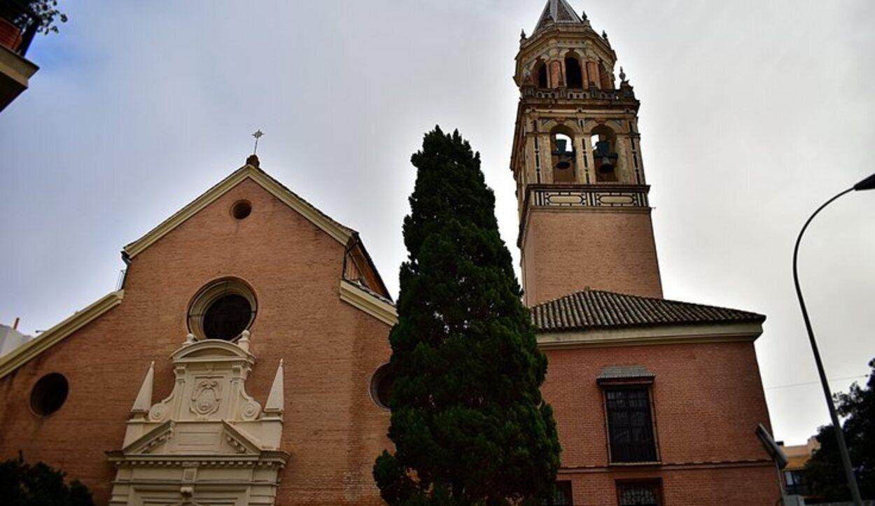 La Plaza San Pedro es el lugar idóneo para contemplar la cofradía del El Carmen Doloroso