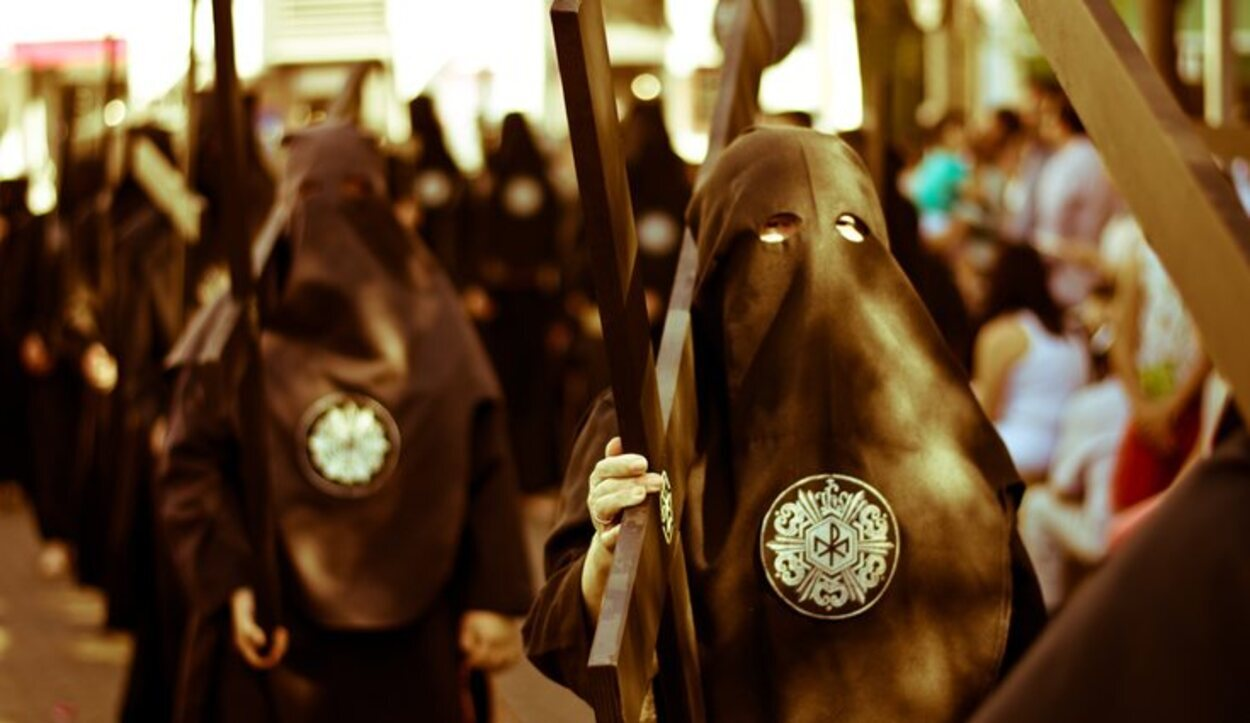 La Hermandad Cristo de Burgos se caracteriza por llevar túnicas negras