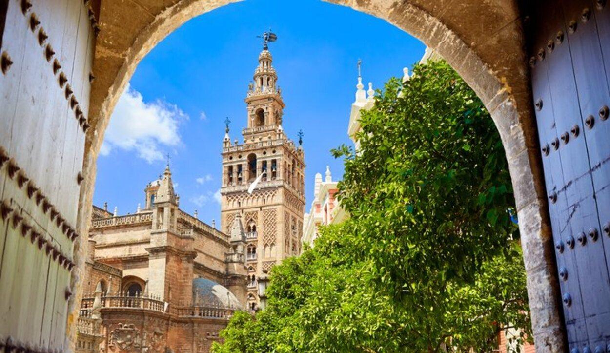 La Iglesia de Santiago concentra miles de fieles para ver salir a la virgen