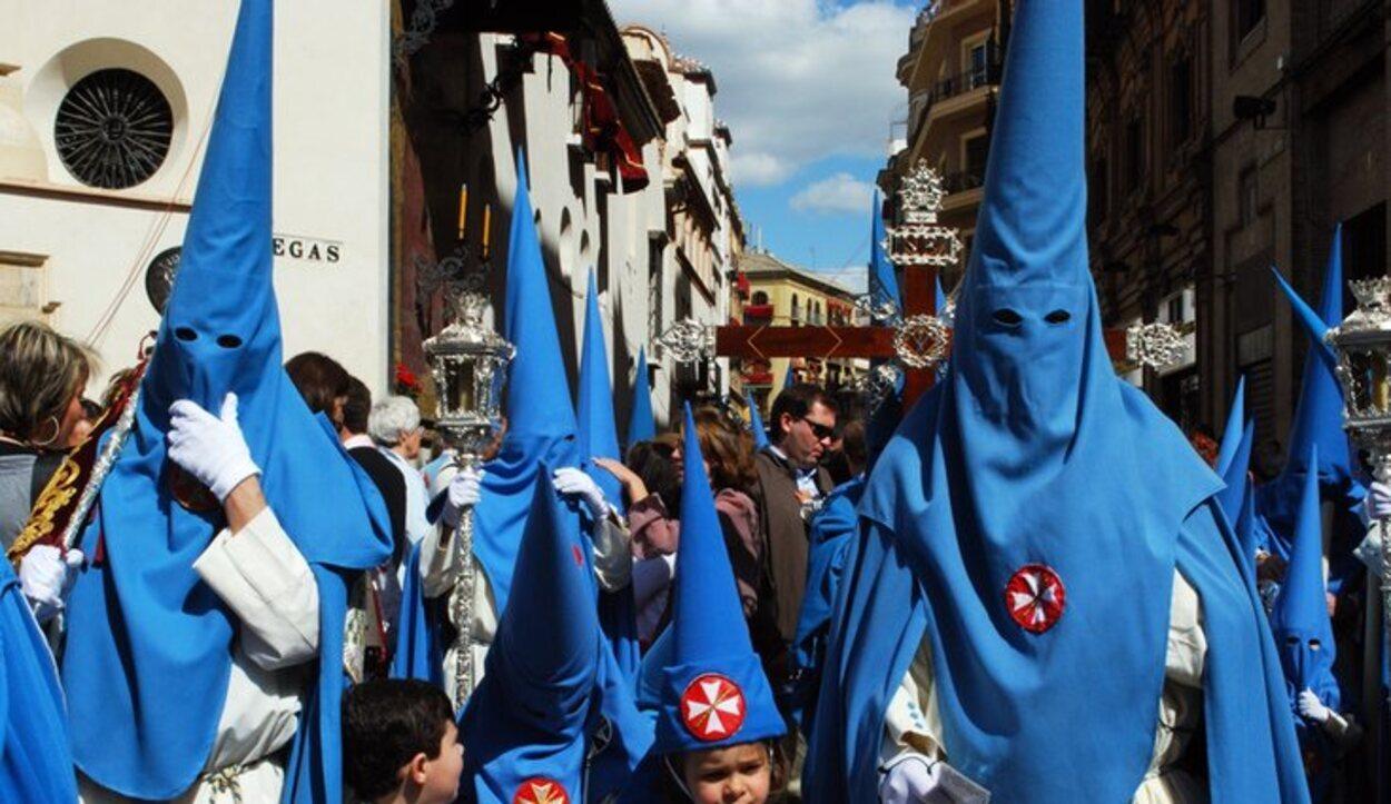 La hermandad de San Esteban visten túnicas color celeste