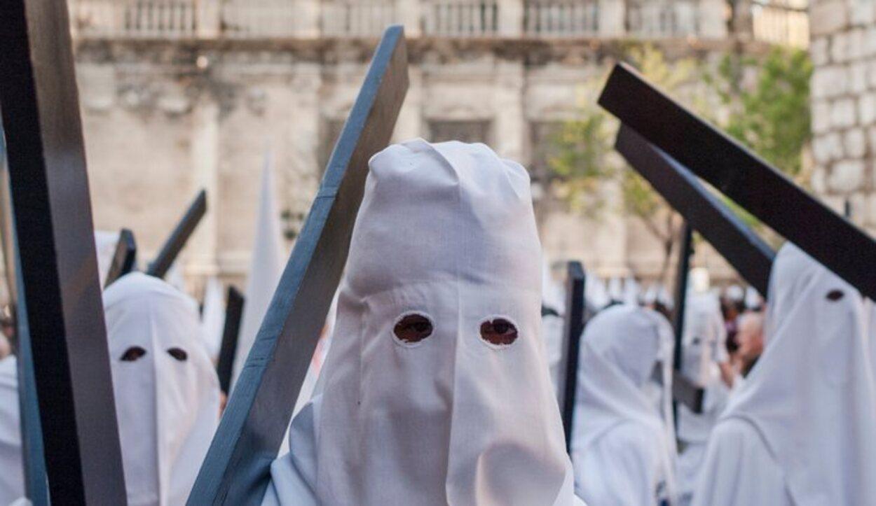La Hermandad de El Dulce Nombre se reconoce por sus túnicas blancas