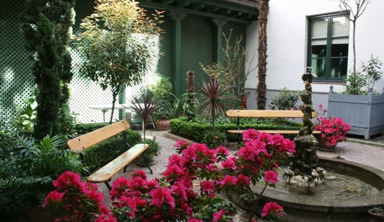 En el patio del palacio hay una bonita terraza en la que se puede disfrutar de un apetecible té o café | Foto: Ministerio de Cultura y Deporte
