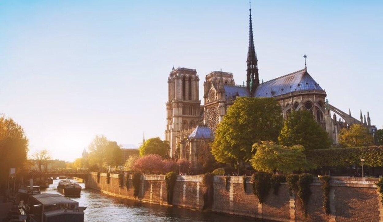 La Catedral de París reluce en la isla del río Sena