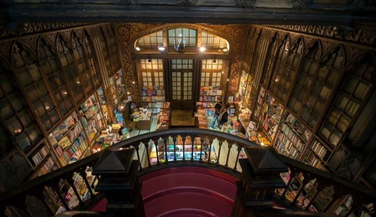 Interior de la librería Lello e Irmão, Oporto, Portugal