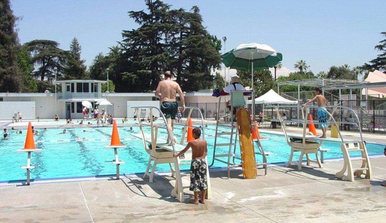 Ir a la piscina es una de las mejores opciones para refrescarse