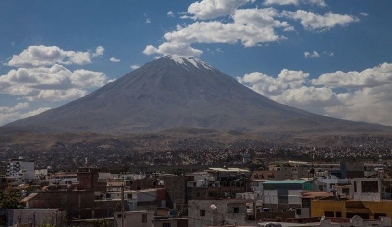 Arequipa bajo el volcán Misti
