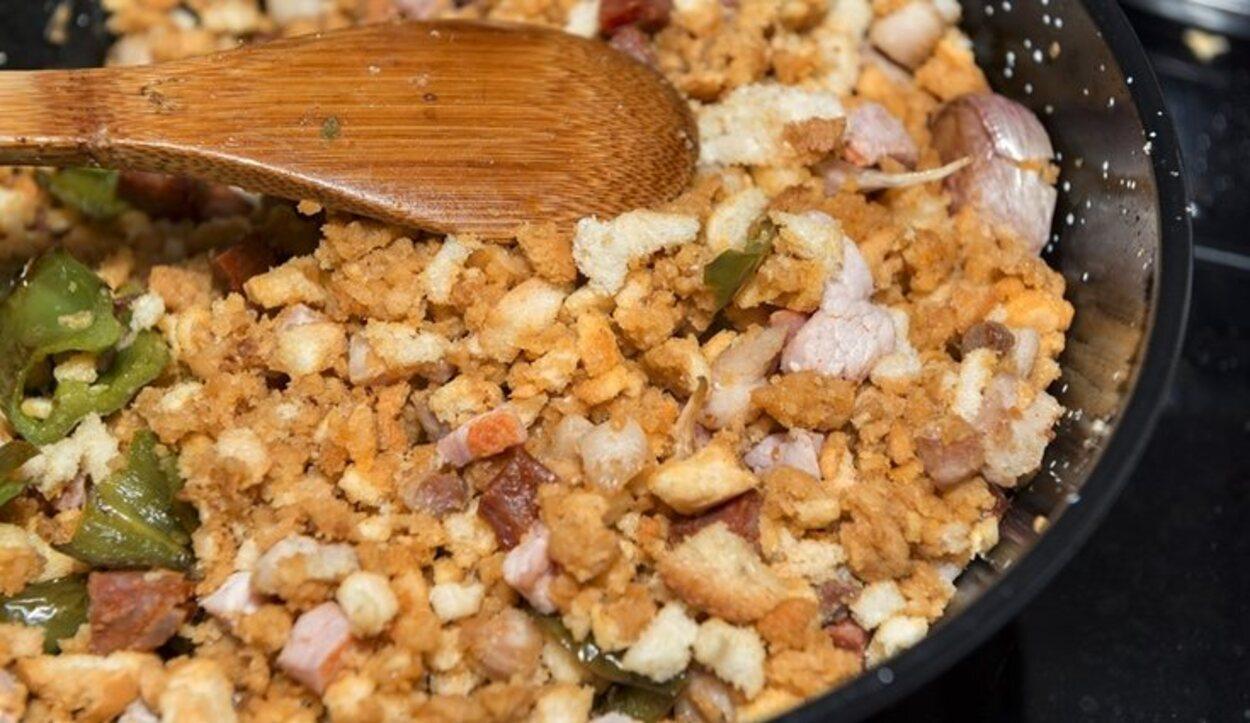 Las migas manchegas es el plato típico de Castilla-La Mancha