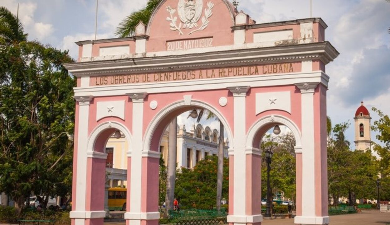 El arco del triunfo de Cienfuegos esta dedicado a la independencia de Cuba