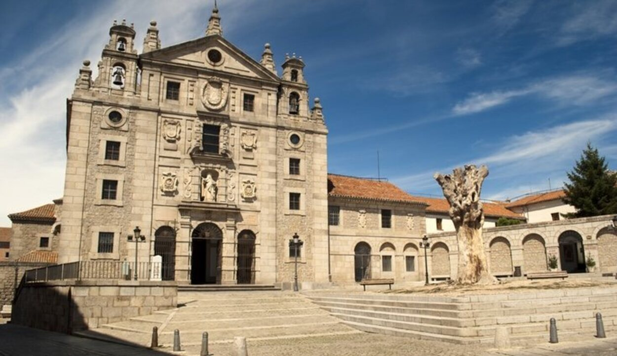 El Convento se encuentra ubicado delante de la Puerta de la Santa, una de las puertas de la muralla