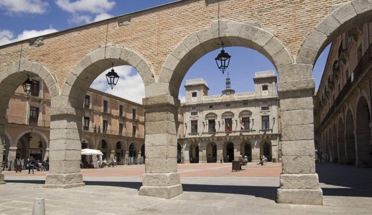 Esta plaza se encuentra cerca de una de las puertas de la muralla