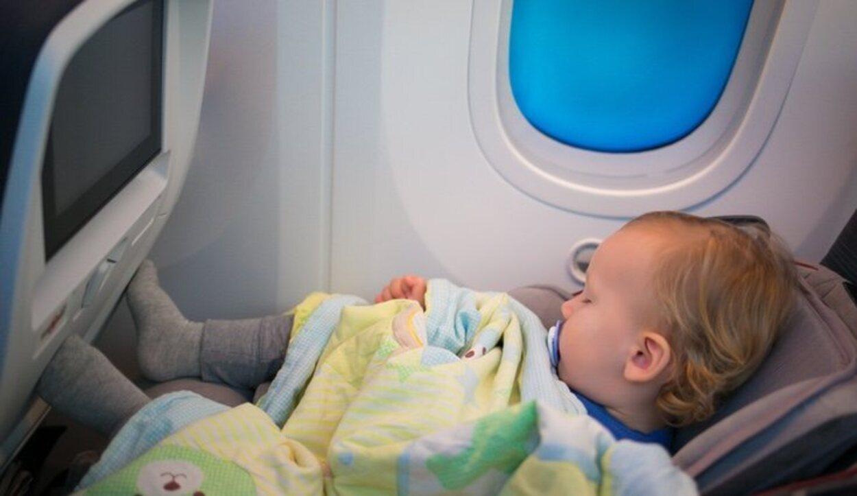 Para viajar con niños en avión es preferible que sean vuelos cortos